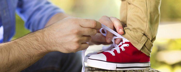 Los zapatos con cordones pueden ser un impedimento para tus hijos si aún no saben atárselos