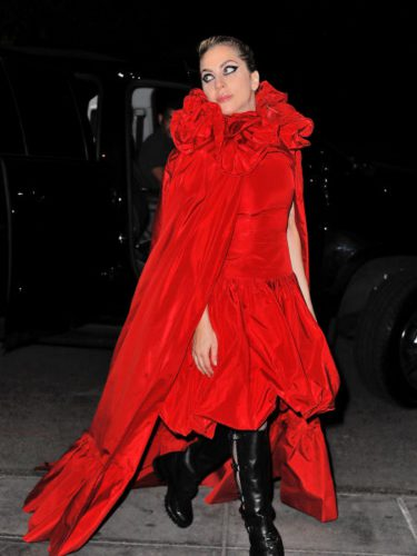 Lady Gaga con un vestido y capa en rojo pasión