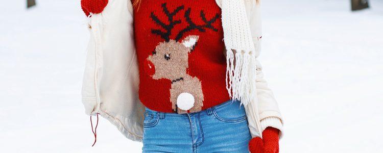 Puedes acompañar un vaquero con un jersey navideño