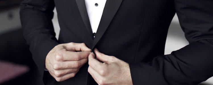 El botón de la chaqueta debe ir abrochado en todo momento