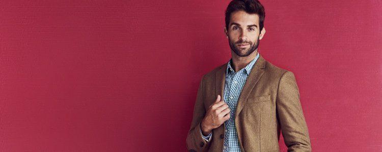 Atrévete con una camisa estampada y una blazer de color camel