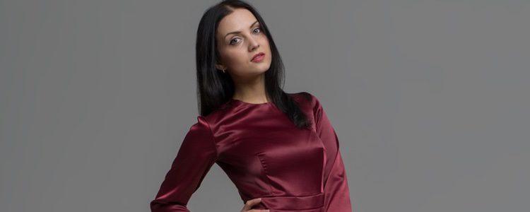 El vestido en color granate es un look perfecto para Nochevieja