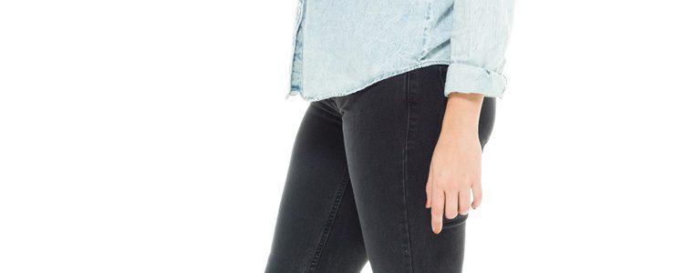 Combina tu camisa de color claro con un pantalón oscuro