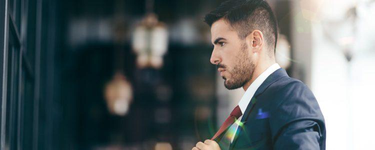 Con un traje y una camisa crearás un look más serio