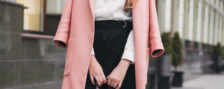 Puedes apostar por una falda de tubo con camisa para un outfit básico