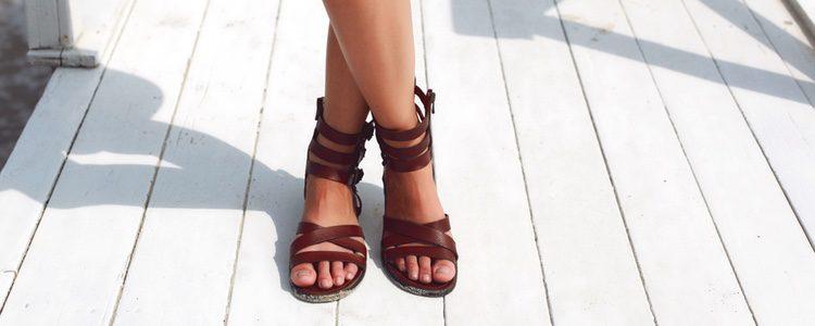 Existe una amplia variedad de sandalias con suela plana