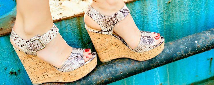 Las sandalias de cuña son perfectas tanto para el día como para la noche