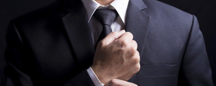 Para los hombres es aconsejable llevar colores oscuros de un solo tono