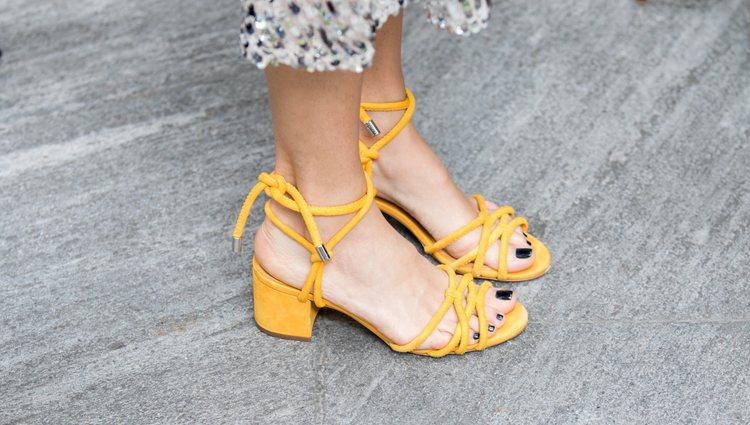 Opta por unos zapatos de tacón bajos para evitar problemas