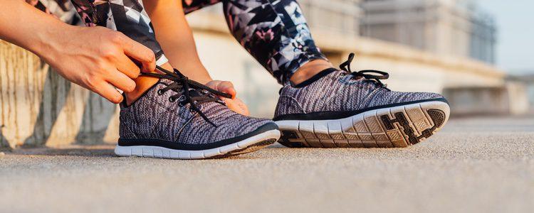 Las zapatillas cómodas como por ejemplo, unas zapatillas de deporte podrás utilizarlas para cualquier conjunto casual