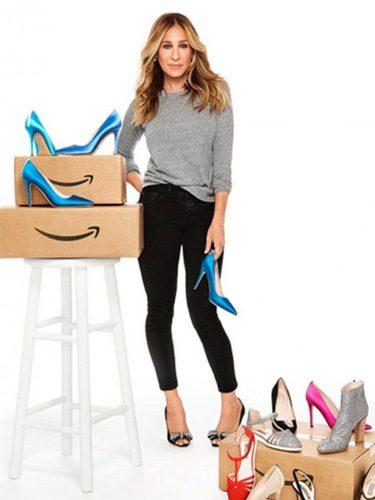 Sarah Jessica Parker posando con varios de los zapatos de su nueva colección lanzada por Amazon