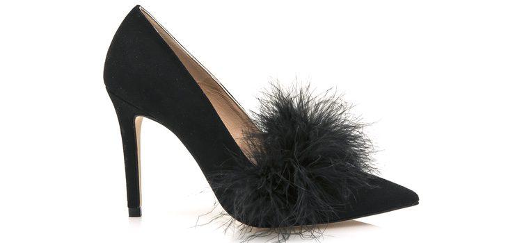 Stilettos negros con plumas de la colección