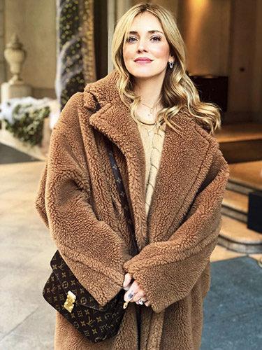 La influencer y empresaria Chiara Ferragni con el modelo 'Teddy Bear' de la firma italiana Max Mara