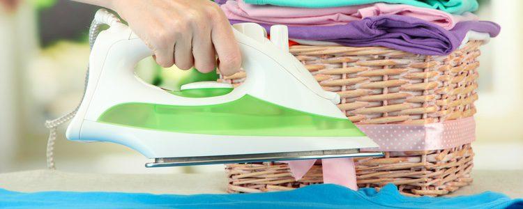 Puedes darle un planchado sencillo pero con un paño encima para no dañar la prenda