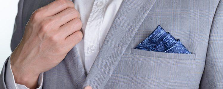 Utiliza un pañuelo de seda para dar un toque de color