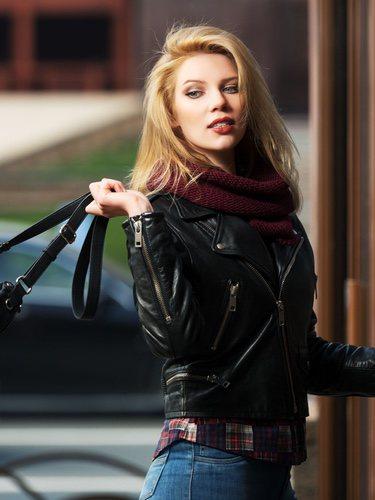 Una cazadora negra es el abrigo ideal