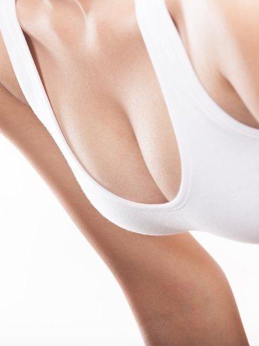 Las prendas blancas no te ayudarán para hacer que parezca que tienes más pecho