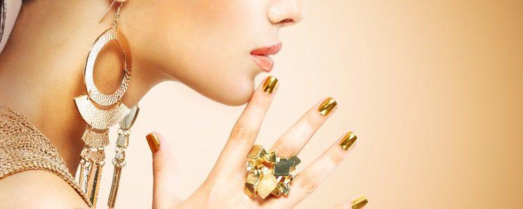 Prueba con joyas doradas y plateadas para comprobar cuáles te favorecen más