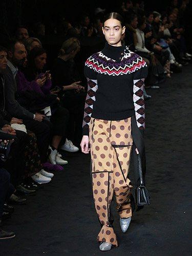 Loewe elige unos pantalones desestructurados para presentar los polka dots en su nueva colección