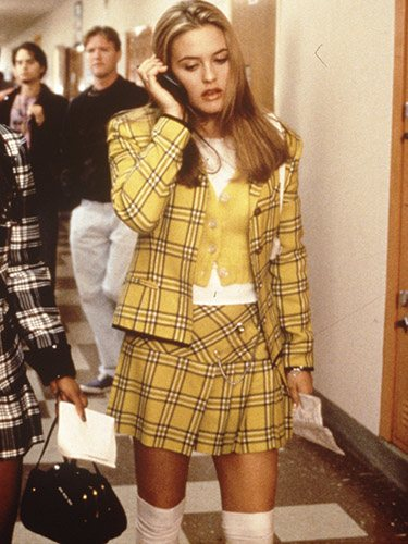 La protagonista de la película Fuera de Onda lleva blazer y falda de cuadros a juego