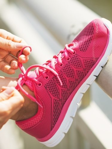 Cuando elegimos zapatillas para hacer deporte en un gimnasio debemos fijarnos en que la suela sea lisa