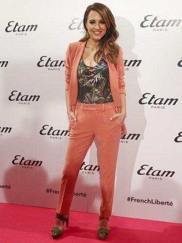 Paula Echevarría con un traje color salmón y un bañador de palmeras de Etam 2018