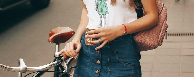 La falda denim con botones es un básico para salvar cualquier look