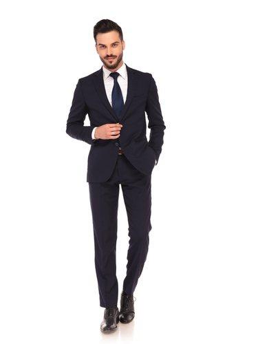 La raya diplomática y los colores claros son tendencia en los trajes para hombre