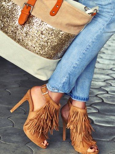 Los flecos también los veremos en sandalias incluso en zapatos de tacón