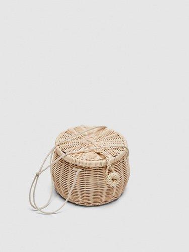 Bolso de rafia con forma de cesta de Zara