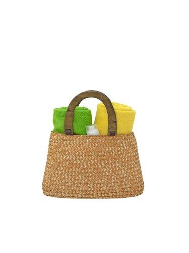 El bolso de rafia lo puedes combinar tanto para looks diurnos como de noche