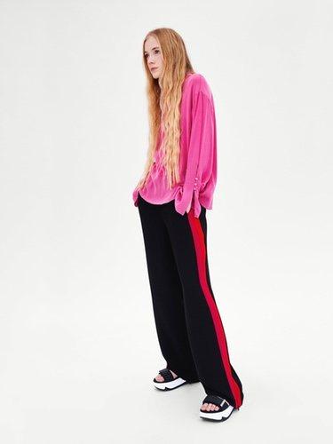 Pantalón ancho banda lateral roja de Zara