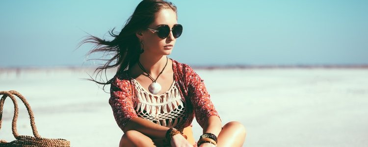 El cabello cuanto más desenfadado o las ondas surferas son perfectos para este tipo de look