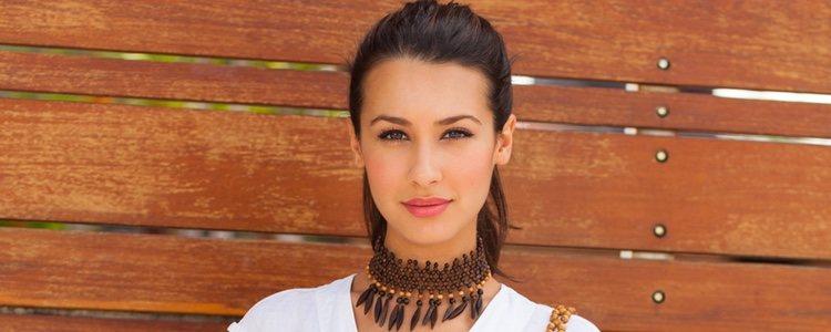 Puedes usar prendas lisas y adornar el look con complementos étnicos