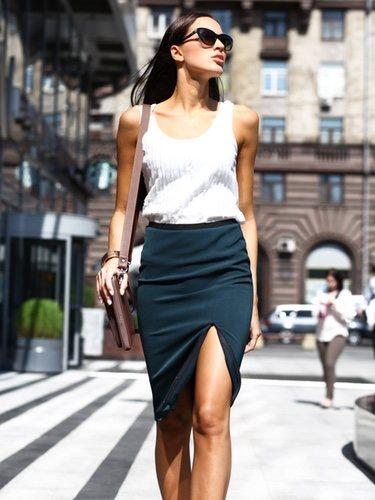 Las faldas entalladas son una prenda que sientan de maravilla a este tipo de cuerpo