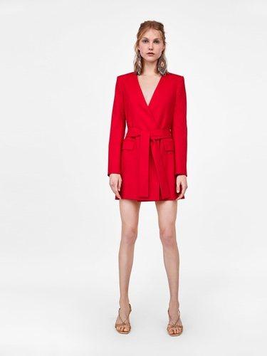 La blazer vestido te dará un toque de glamour al look / Foto: Zara