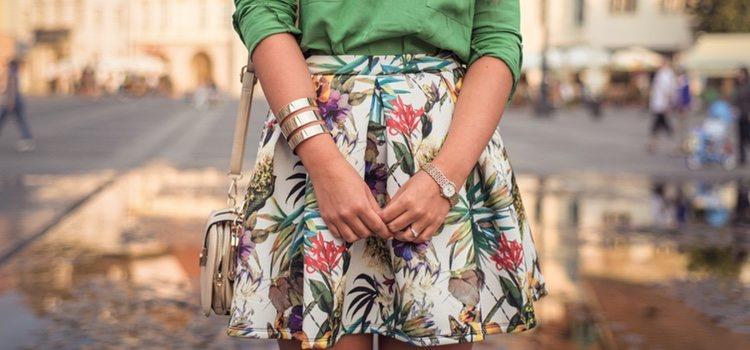Las prendas con estampado tropical las podemos combinar con prendas lisas