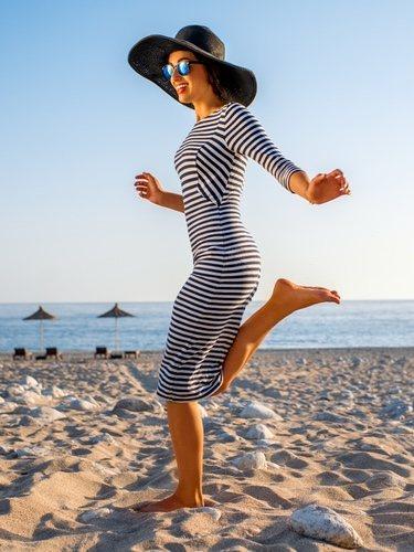 Un vestido ajustado con abertura lateral aporta tanta comodidad como estilo