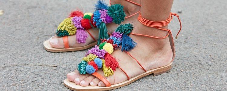 Las sandalias con cuerdas le dan un estilo más bohemio al look