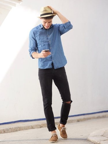 Unas zapatillas o deportivas pueden dar al look un toque informal sin que éste pierda elegancia