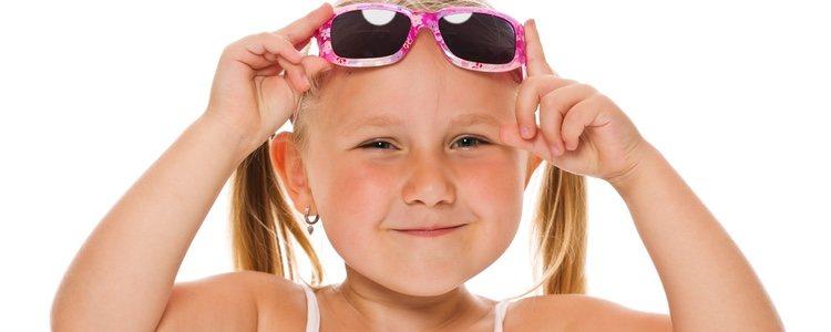 Ponerles gafas de sol a los niños evitará el contacto directo y protegerá sus ojos