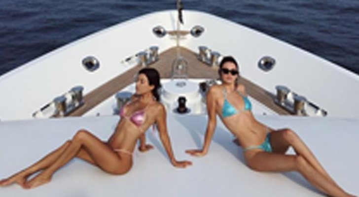 Kendall Jenner y Kourtney Kardashian con bikinis metalizados