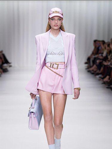 Versace es una de las firmas de Alta Costura que opta por el traje corto