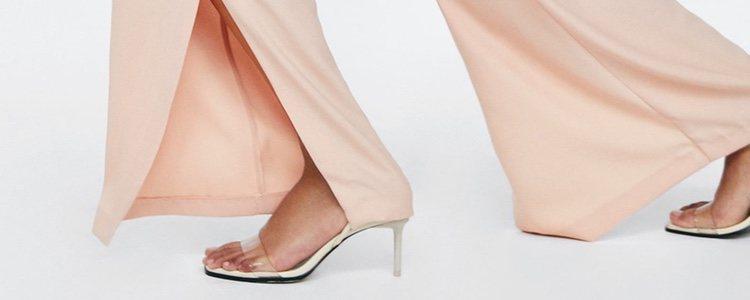 Las sandalias transparentes combinan con looks diurnos y de noche/ Zara