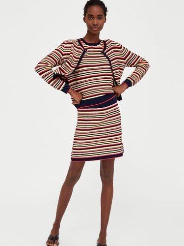 Podemos combinar nuestro outfit con un estampado que sea igual tanto en la parte superior como inferior Foto Zara