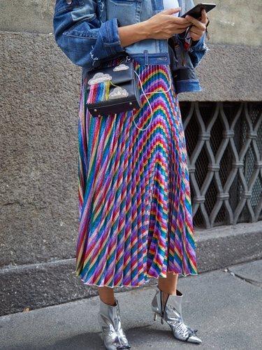 La falda plisada la puedes combinar tanto con zapatillas deportivas como calzado más formal