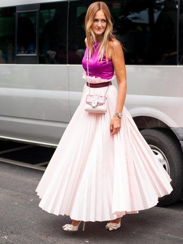 La falda plisada le da un toque más 'cool' a tus looks