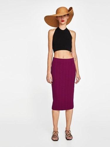 Una falda de tubo es un fondo de armario esencial/Foto Zara