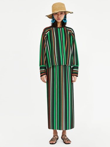 La falda de tubo la puedes combinar con unas zapatillas deportivas/ Foto Zara
