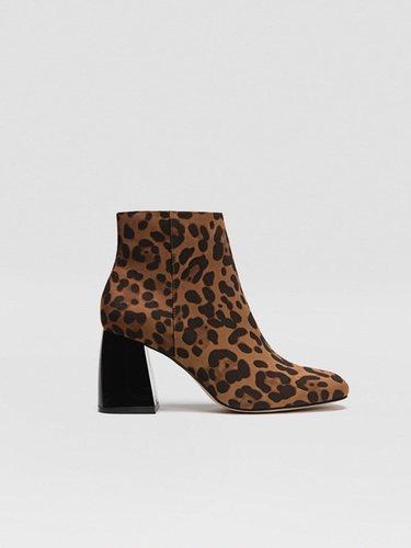 El estampado animal print en el calzado da un giro de 180 grados a tu look